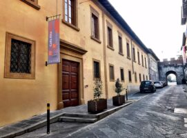 entrata museo san pietro civico diocesano darte sacra visit colledivaldelsa borgo medievale toscana